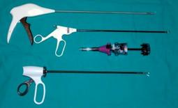 Dall'alto in basso: suturatrice per protesi perlaparocele; forbice; Trocar; Ultracision