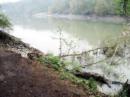 La frana degli argini del fiume