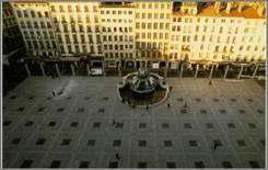 I prospetti degli edifici residenziali che affacciano sulla piazza