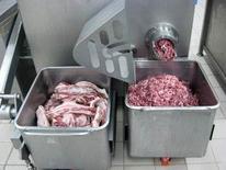 Fase di macinatura delle carni.