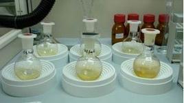 Fasi di laboratorio per l'analisi reisduale degli alimenti.