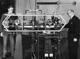 Londra 1955. Uno dei primi orologi atomici basati sul principio dell'oscillazione dell'isotopo di Cesio 133. Fonte:  Fantascienza