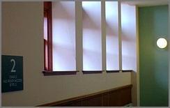 I setti verticali riflettono la luce esterna distribuendola in ambiente