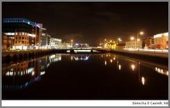 Le luci di Cork City (Irlanda) che si riflettono sul fiume Lee