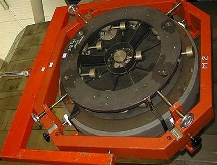 Particolare del sistema di leve astatiche per il centering di M2 durante l'inclinazione del telescopio