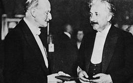 Planck (1858-1947) consegna ad Albert Einstein la prima Medaglia Max Planck, altissima onorificenza della  Società tedesca di fisica: Berlino, 1929
