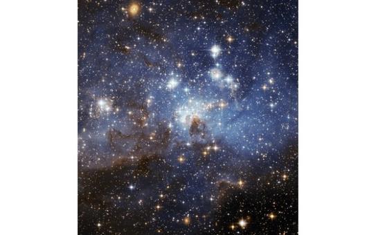 La regione di formazione stellare LH 95 si estende per 150 anni luce e dista 160,000 anni luce. È osservabile nella costellazione del cielo austale Dorado. Fonte: NASA.