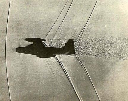 Shadowgraph del modello in scala 1/200 del Thunderjet F 84 a  M = 1.05 osservato con il metodo delle ombre (Shadowgraph). Notare come l'onda d'urto davanti all'aereo, che viaggia a M ≅ 1, risulti praticamente normale.