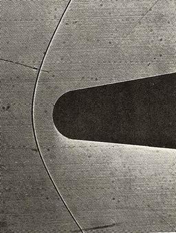 Shadowgraph di un'onda d'urto in un flusso supersonico su un cono   smussato a M1 = 1.36. Notare che l'onda sull'asse risulta staccata.