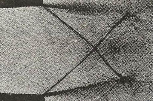 Foto Schlieren che mostra l'intersezione di onde d'urto oblique all'uscita di un ugello.