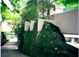 Travi in cls. armato appoggio su roccia affiorante. Fonte Almadar.