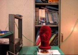 Testa attrezzata con due microfoni, montata su supporto rotante, controllato da un PC. Il PC invia segnali mediante un altoparlante e preleva contemporaneamente  i segnali dai microfoni.