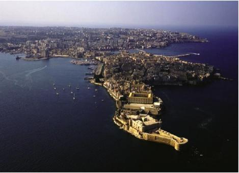 Siracusa. La foto aerea della penisola di Ortigia, il cuore dell'antica città greca, con in primo piano il medievale castel Maniace. (dal sito web della Regione Sicilia).