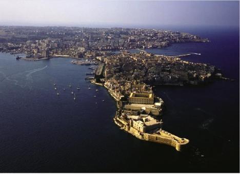 Siracusa. La foto aerea della penisola di Ortigia, il cuore dell'antica città greca, con in primo piano il medievale castel Maniace (dal sito web della Regione Sicilia) .