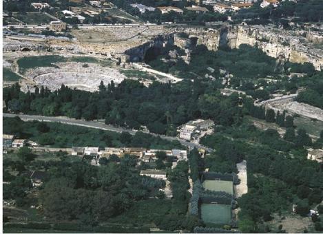 Siracusa . Foto aerea dell'area di Neapolis e del teatro greco nel parco archeologico dei teatri (da Siracusa sito web).