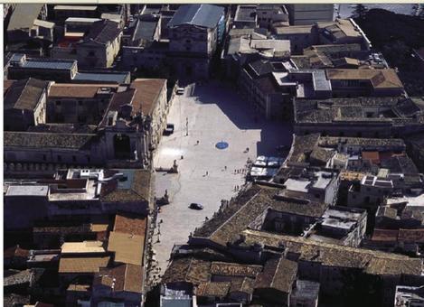 Siracusa. Foto aerea della piazza storica cuore centrale della penisola di Ortigia, su cui affaccia la cattedrale (da sito web su Siracusa).