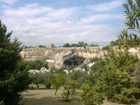 Siracusa. Il paesaggio culturale  delle rocce e del verde  in cui è inserito il teatro greco (foto dell'a. 2005).