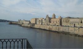Siracusa. Foto delle  fortificazioni a mare della penisola di Ortigia, fino alla punta del  Castel Maniace (foto dell'a. 2013).