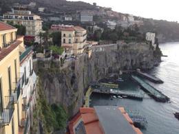 Sorrento. Città portuale  sulle alte coste tufacee (foto dell'a. 2013).