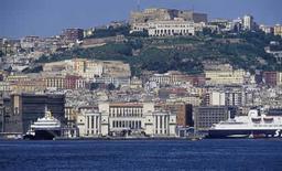 Napoli. Il fronte mare storico del Beverello visto dal mare (foto dell'a. 2005).