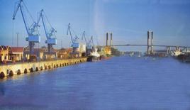 Il nuovo porto fluviale di Siviglia, lontano dal fronte mare storico della città capitale dell'Andalusia – Spagna (foto dell'a. 2005).