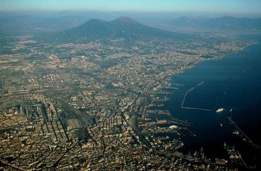 Napoli. La città portuale e l'area metropolitana in una foto aerea che mostra il lungo fronte a mare di più di 15 chilometri (da sito web del Comune di Napoli)