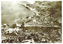 Marsiglia città portuale e le distruzioni della città vecchia e dell'area portuale durante la II guerra mondiale in una foto aerea  e la successiva evacuazione degli abitanti.