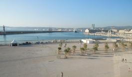 Il nuovo porto commerciale ad occidente ed  il grande spazio della Joliette e in fondo le Torri di Zaha Hadid (foto dell'a. 2013).
