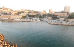 Il fronte portuale della riva sud dominato dalla collina della Madonna de la Garde e da nuove architetture.