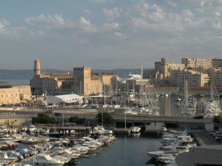 Marsiglia città portuale. Il porto vecchio visto dalla collina di Saint Victor, in primo piano la torre del Fanal e il forte Sain Jean con la Torre quadrata di René in primo piano (foto dell'a. 2011).