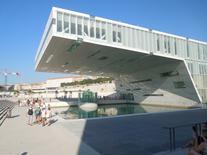 Il Museo della Ville Méditerranéenne e lo spazio collettivo intorno lo specchio d'acqua (foto dell'a. 2013).