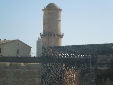 Marsiglia città portuale. La passerella in cemento grigio ferro di collegamento del MUCEM con il fort Sain Jean. In primo piano la Tour de Fana-torre del faro   (foto dell'a. 2013).