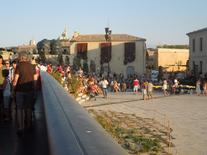 La piazza d'armi del forte Saint Jean ed il riuso da parte di un vasto pubblico di visitatori (foto dell'a. 2013).