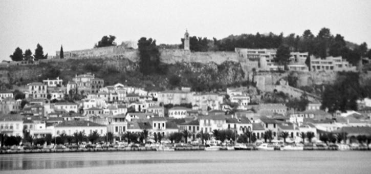 Nafplio in Grecia. Il fronte mare della città portuale è ben visibile il castello a dominio della città sul mare (da E. Maistrou, in T. Colletta, The role of integrated conservation…, 2013).
