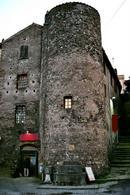 Vetralla (Lazio). Il museo della città e del territorio fondato da E. Guidoni in una casa medievale inserita nella cinta muraria turrita (foto dell'a. 2007).