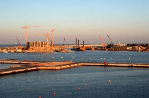 Valencia città portuale in una foto che mostra i cantieri nel nuovo porto e la creazione di un grande canale marittimo per la trasformazione avvenuta per la realizzazione della Coppa America nel 2004 (foto dell'a. 2010)