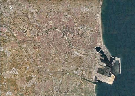 Valencia città portuale in una foto aerea del 2002.E' ben visibile l'avvenuta riunificazione tra la città storica e il porto del Grau oggi porto di Valencia.(da A. Gomez Ferrer,.. cit., 2013)