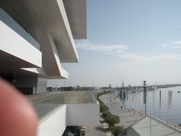 Valencia città portuale. L'edificio Veles y Ventes ed il lungo nuovo molo di attracco per navi e barche da diporto (foto dell'a. 2010)
