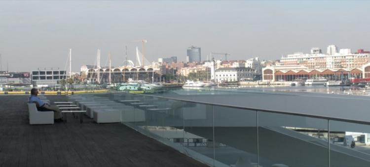 Valencia città portuale in una foto aerea del 2010  E' ben visibile l'uso del porto del Grau dopo gli interventi per la Coppa America e le grandi infrastrutture marittime e le  strutture  turistiche realizzate (foto dell'a. 2010)