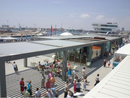 Valencia città portuale in una foto aerea del 2010  E' ben visibile l'uso del porto del Grau dopo gli interventi per la Coppa America e le strutture  turistiche realizzate. E' visibile il grande edificio di Veles Y Ventes dell'arch. Chippfield (foto dell'a. 2010)