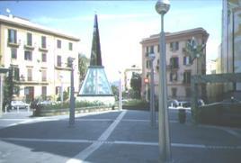 """La stazione del Metrò di """"Materdei"""" dell'Atelier arch. Mendini. Con la nuova piazza pedonale intorno all'ingresso principale del Metrò linea1. (foto dell'a.)"""