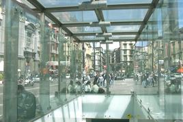 """L'entrata principale in vetro e acciaio della stazione """"Dante"""" dell'arch. Gae Aulenti (foto dell'a. 2005)"""