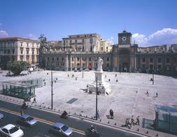 La piazza Dante: con l'emiciclo progettato dall'arch. Luigi Vanvitelli alla metà del XVIII secolo e l'intervento delle due entrate e uscite della linea del Metrò progettate dall'arch. Gae Aulenti (foto dell'a. 2005)