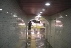 """Stazione """"Università"""". L'interno e l'accesso alla Biglietteria designer Karim Rashid (foto dell'a. 2011)"""