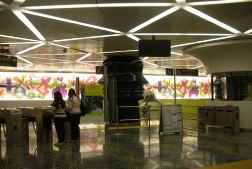 """Ingresso della stazione """"Università"""" a piazza Bovio. La Biglietteria.  Design Karim Rashid  secondo il soggetto """" L'età digitale e le strutture della mente"""" (foto dell'a . 2012)"""