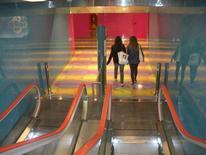 """Stazione """"Università"""". Scale di accesso ai treni design di Karim Rashid (foto dell'a. 2012)"""
