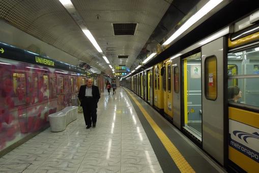 """Stazione """"Università""""  del Metrò. I pannelli colorati lungo i binari dei treni  sono stati realizzati secondo i disegni di Karim Rashid  (foto dell'a. 2012)"""