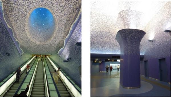 """Napoli. Stazione """"Toledo""""  del Metrò linea 1.  Il progetto dell'arch.  catalano Oscar Tusquet Blanca e la lunga discesa della scala mobile verso il blu del mare (foto dell'a. 2013)"""