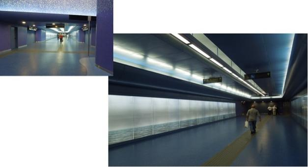 Napoli. Stazione Toledo. Le foto del mare sui pannelli delle pareti laterali del lungo corridoio verso  i binari dei treni. Il Lungo passaggio nel mare blu di Oscar Tusquet Blanca è particolarmente significativo per la città portuale (foto dell'a. 2013)
