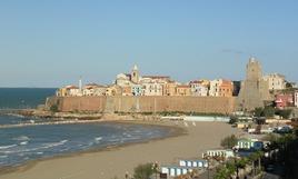 Termoli (Abruzzo). Il centro murato della città portuale vista dal mare (Foto dell'a. 2006)